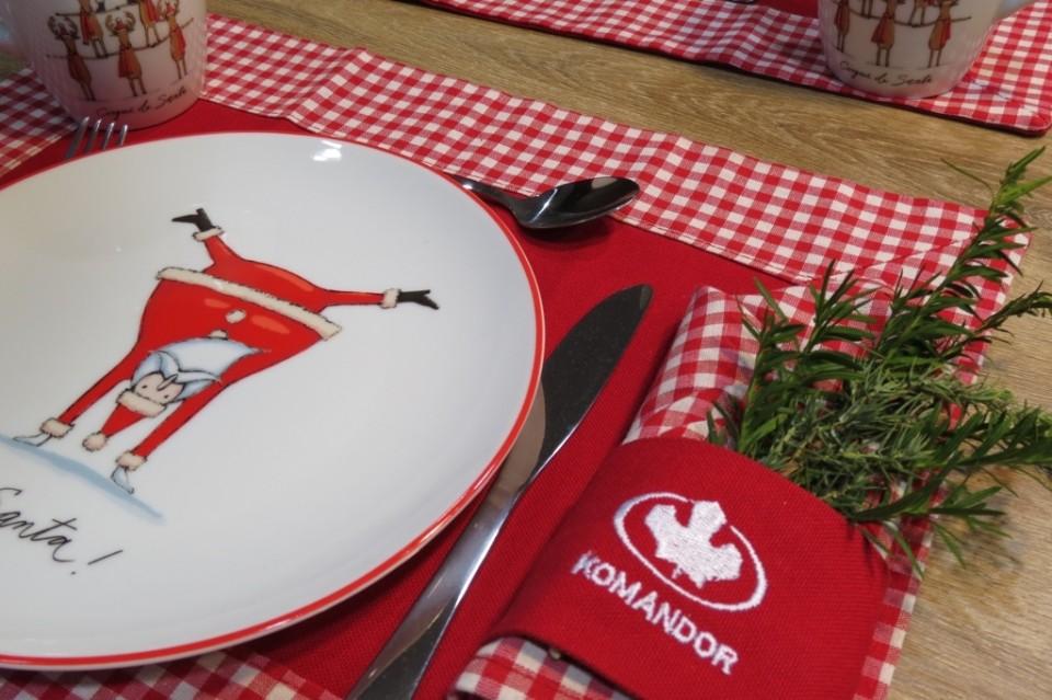 Świąteczne ozdoby i dekoracje na stole
