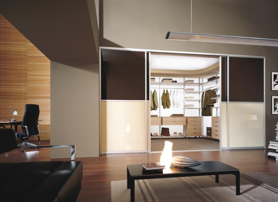domowe biuro w salonie z biurkiem