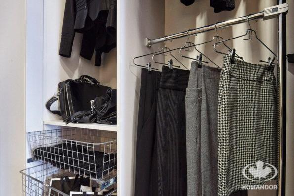 jak wieszać spódnice w szafie