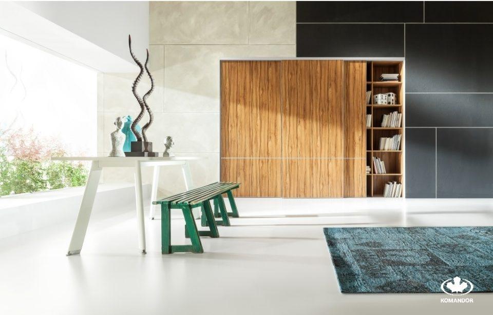 Komandor- Biały stół i szafa w aranżacji przestrzeni salonu