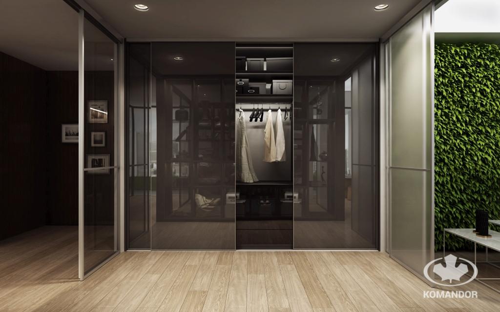 Zabudowa wnęki w przedpokoju ze szklanymi drzwiami przesuwnymi - fronty w ciemnym odcieniu