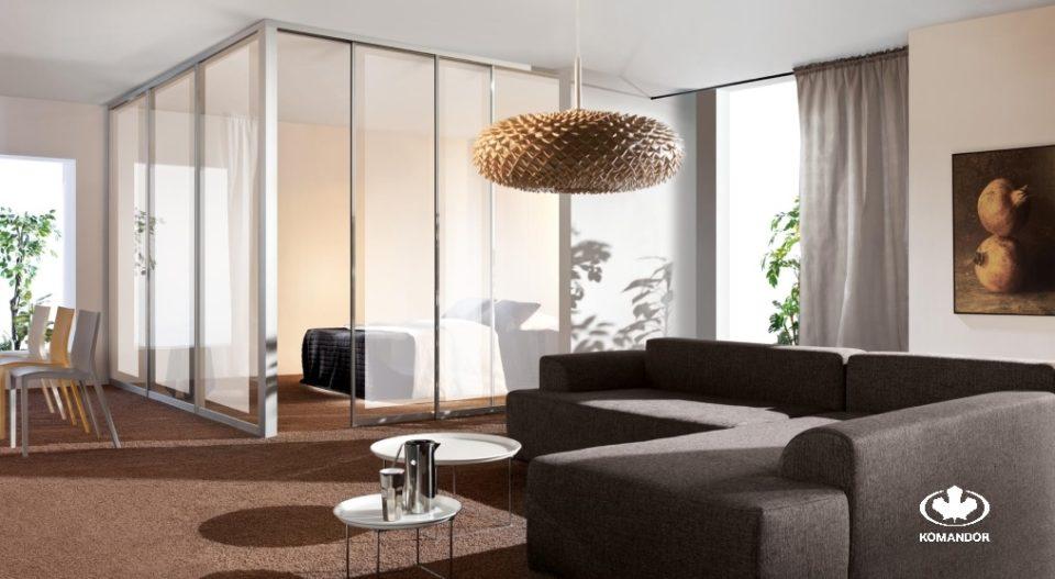Przytulne mieszkanie w tonacji brązów i bezżów ze ściankami Aurora i wydzieloną sypialnią
