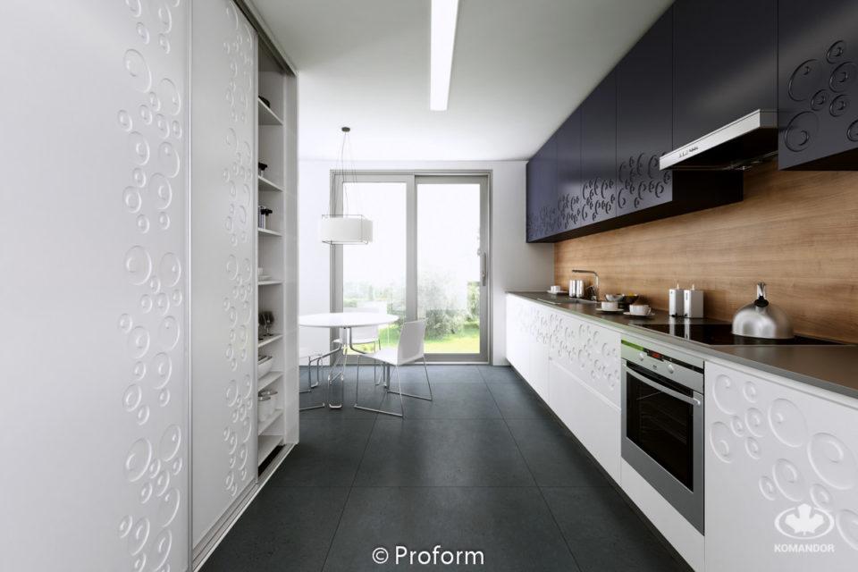 Biała szafa przesuwna w aranżacji zabudowy kuchennej
