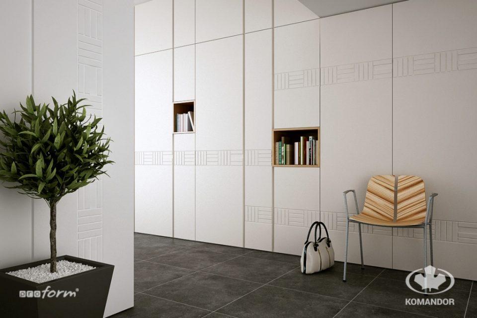 Biała szafa z drzwiami uchylanymi w przedpokoju