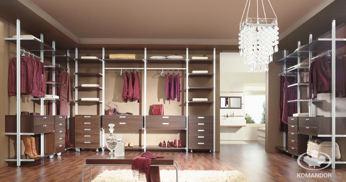 Wnętrze szafy z dużą ilością akcesoriów