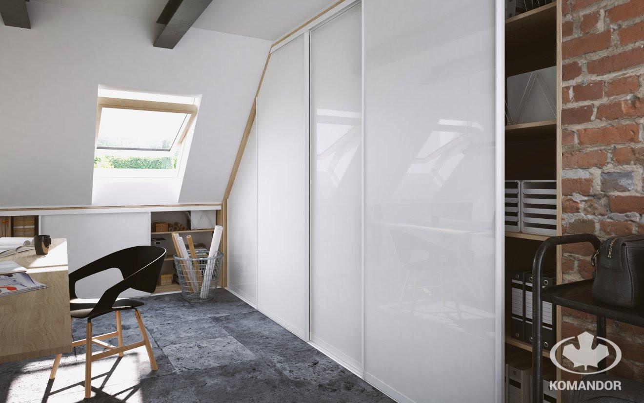 Jak optycznie powiększyć pomieszczenie - poprzez szklane drzwi w szafie