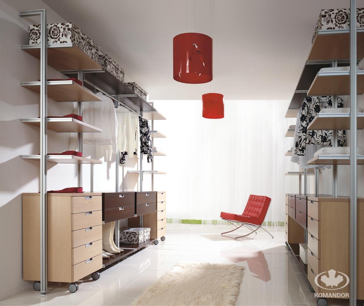 garderoba w systemie kolumnowym z czerwnymi dodatkami