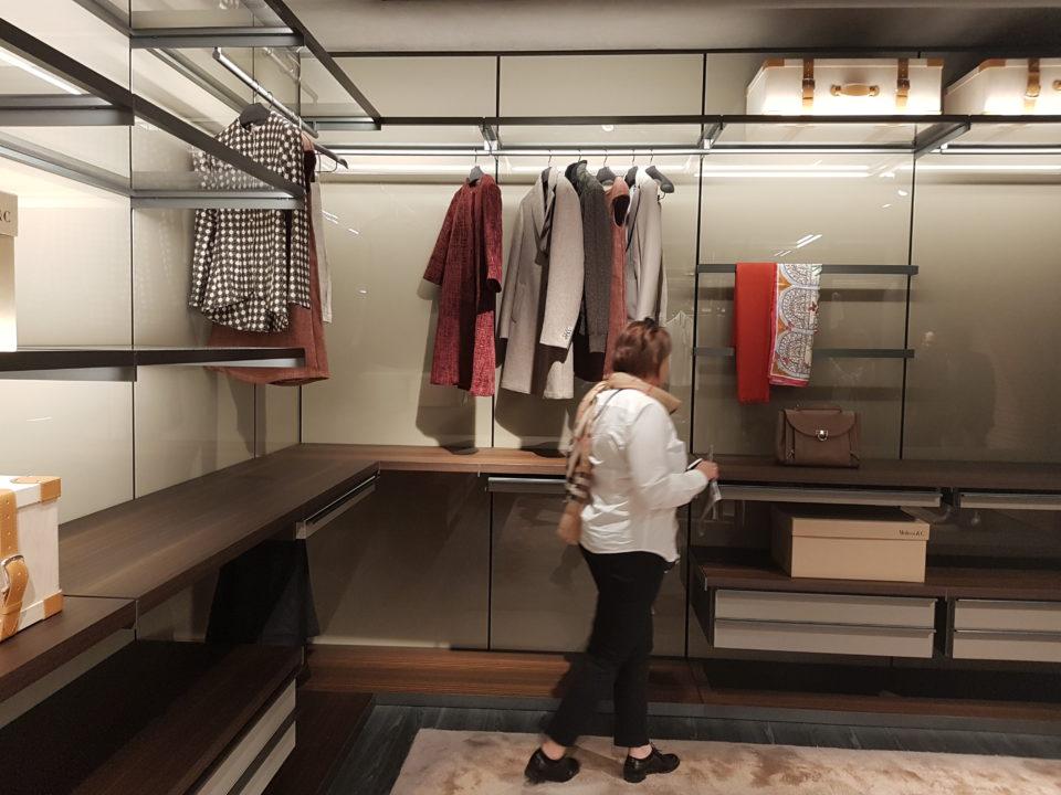 Targi wnętrz Mediolan 2018 -garderoba z pełnymi plecami, lekkimi szklanymi półkami wspartymi na metalowych elementach