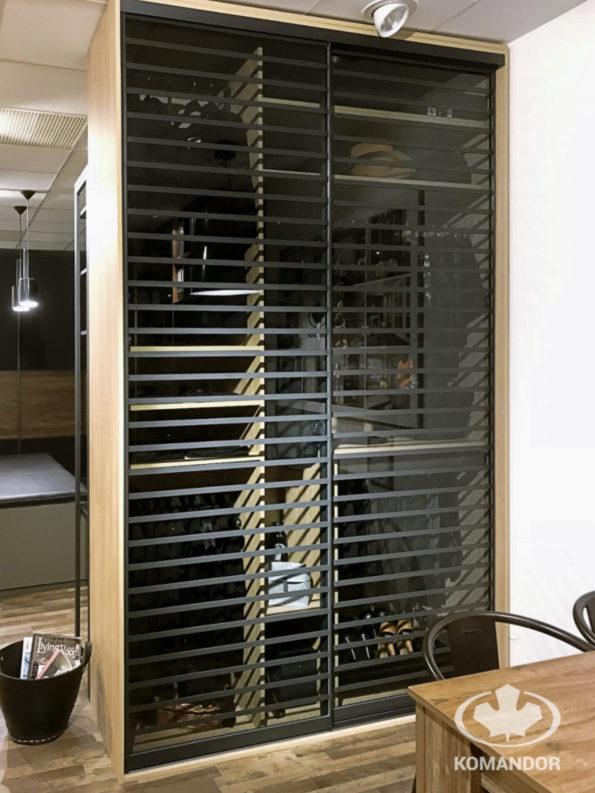 Komandor - szafa z drzwiami przesuwnymi w systemie Szafir, w kolorze anody grafitowej ze szklanym frontem