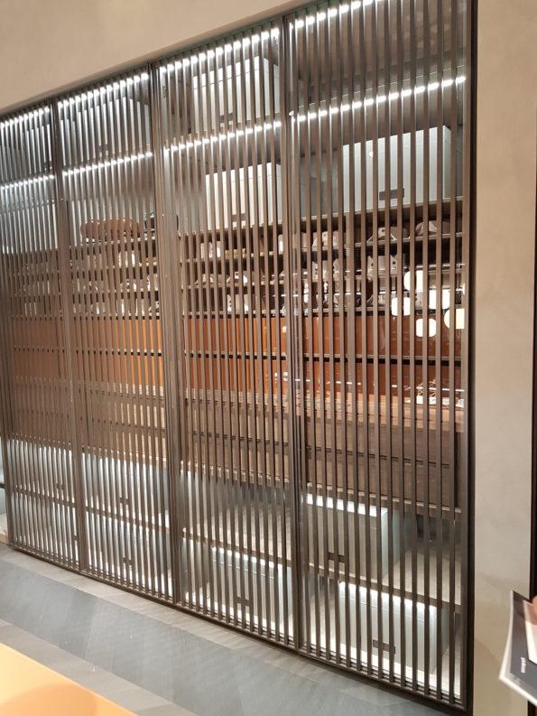 Targi wnętrz Mediolan 2018 - szkło i detale na froncie to para idealna. Takie drzwi przykrywają i jednocześnie subtelnie odkrywają wnętrze
