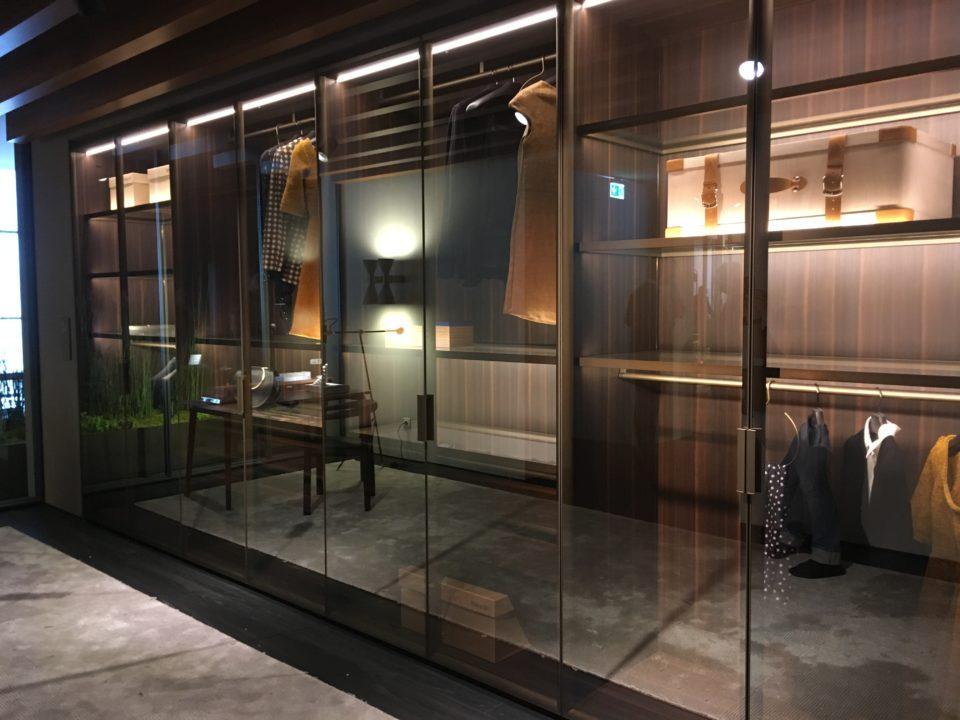 Targi wnętrz Mediolan 2018 - drzwi uchylane w ciemnych ramach, ze szklanym wypełnieniem jako element garderoby