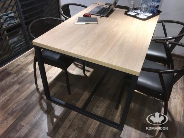 Komandor - czarny stelaż i piękne drewno - przepis na stół idealny