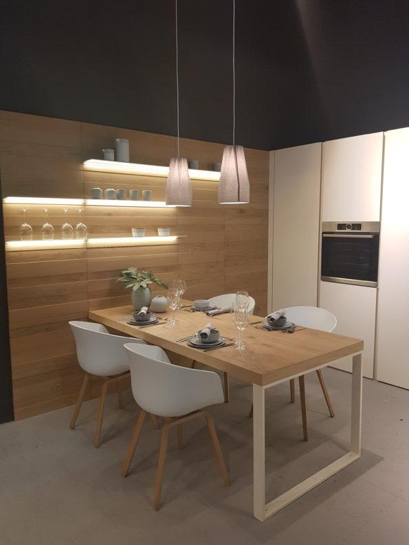 Targi wnętrz Mediolan 2018 - system stelaży ciekawie wygląda także przy wysokich stołach do kuchni, jadalni czy pokoju dziennego