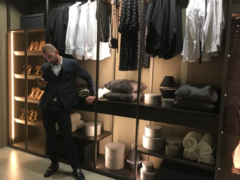 Targi wnętrz Mediolan 2018 - ażurowa garderoba w systemie kolumnowym. Lekka, elegancka i stylowa