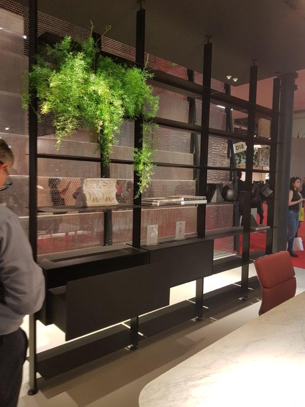Targi wnętrz Mediolan 2018 - system zabudowy wnętrz, o ciemnym, eleganckim profilu jako separator pomieszczenia.