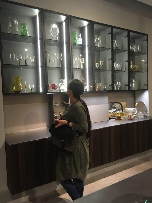 Targi wnętrz Mediolan 2018 - podświetlane witryny doskonale eksponują przechowywane elementy i wprowadzają wyjątkowy klimat do wnętrza
