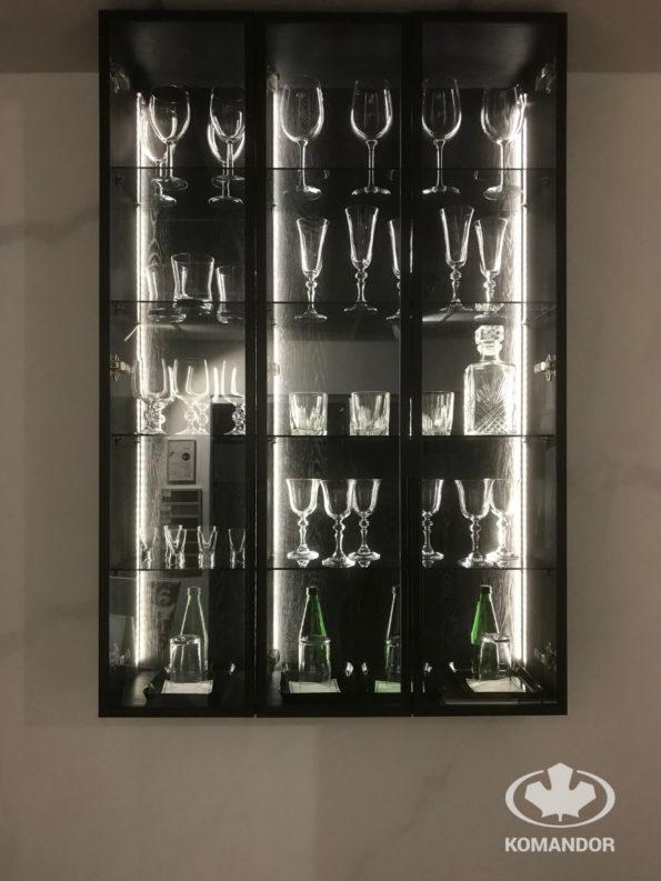 Komandor i system Opal w drzwiach stylowej, eleganckiej witryny