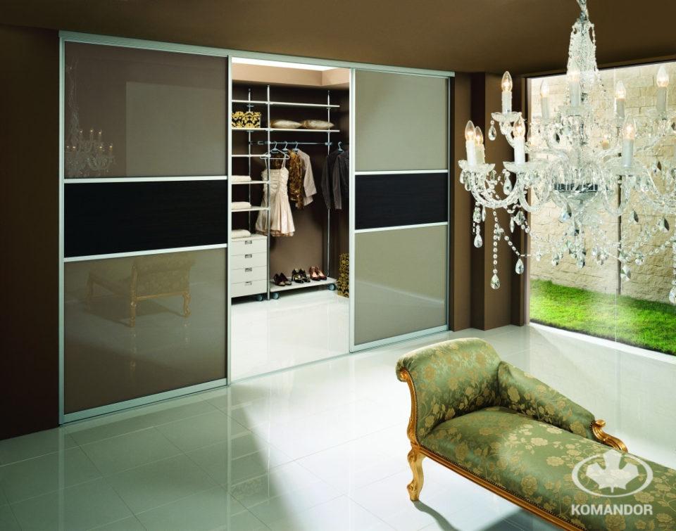 garderoba Komandorz drzwiami przesuwnymi wydzielona z części salonu