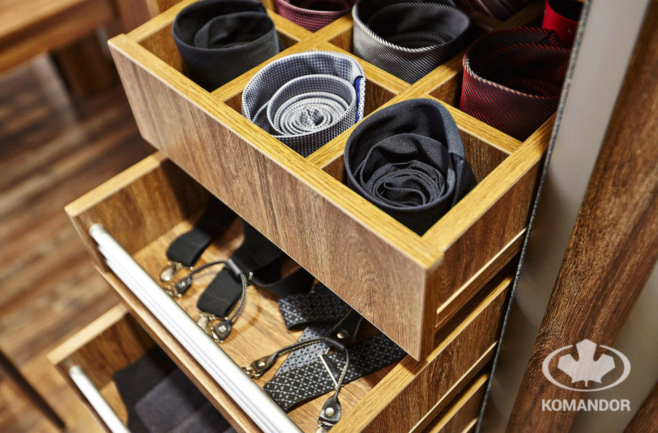 Przechowywanie męskich akcesoriów w szafie