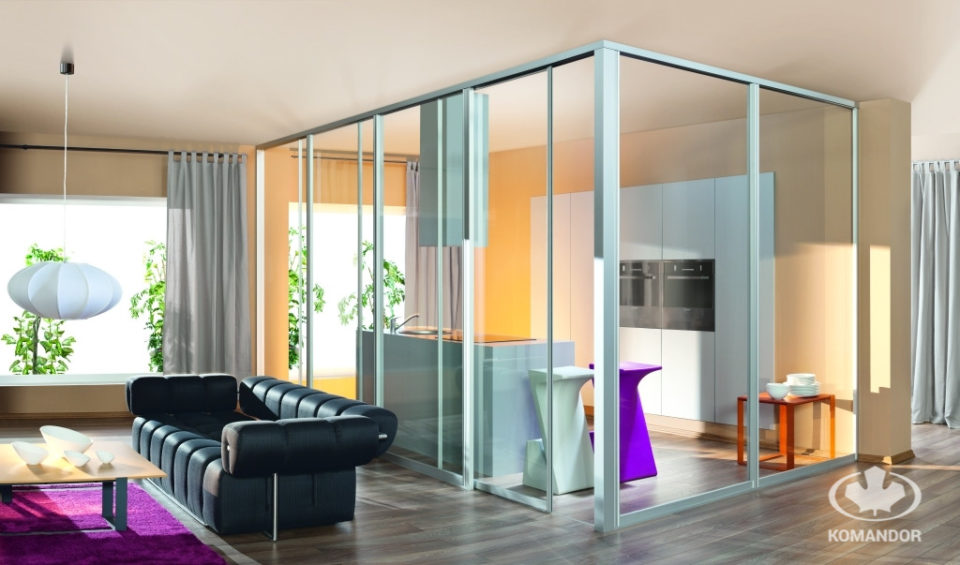 Szklane ściany przesuwne dzielące kuchnię od salonu